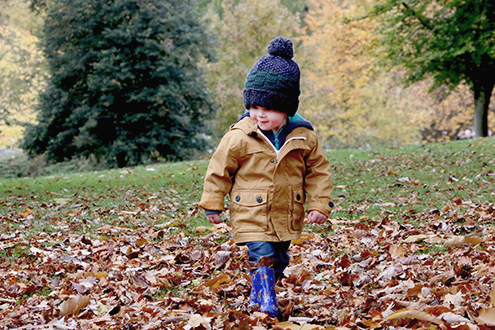 Детская прогулка. Осенняя прогулка ребенка. Ребенок осенью.